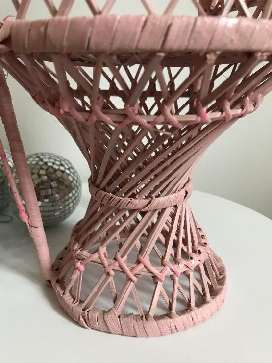 mini fauteuil Emmanuelle rose vintage en rotin
