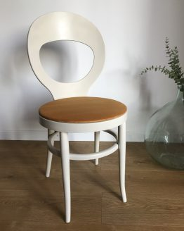 Chaise mouette Baumann blanche assise en velours Curry