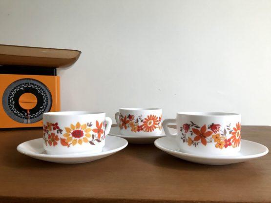 Set de 3 tasses et et leur sous-tasse ARCOPAL modèle FLORE