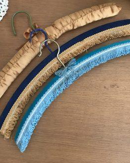 cintres vintage en velours et ruban satiné